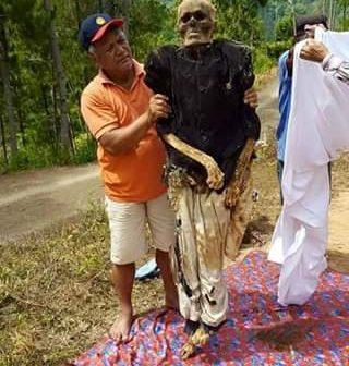 Tahukah Anda: ada tradisi mengganti pakaian mayat di Indonesia?