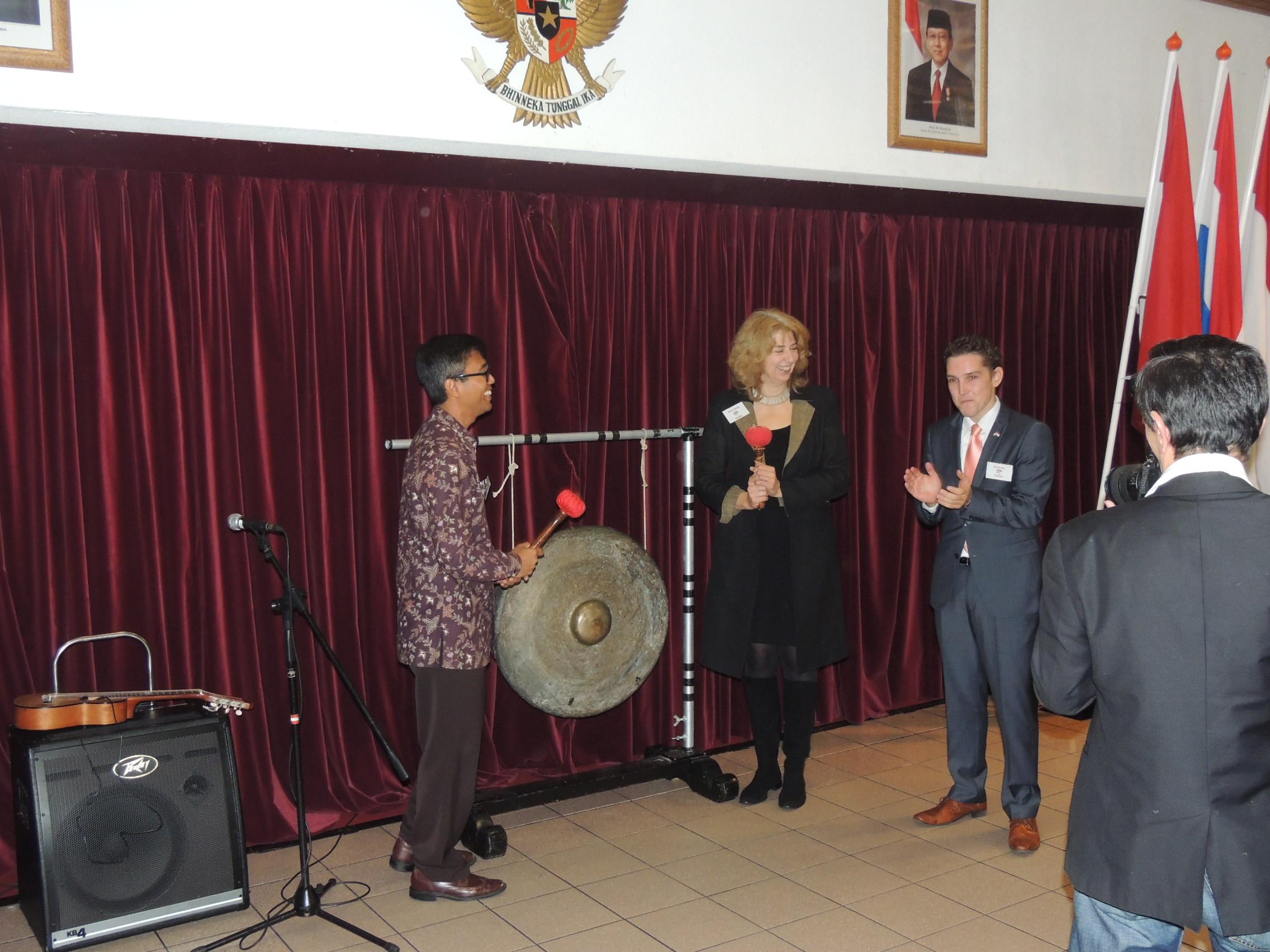 Het slaan van de gong door de heer Witjaksono Adji, Charge D'Affairs van de Indonesische ambassade, en mevrouw Marissa Gerards, van het Nederlandse ministerie van Buitenlandse Zaken