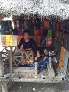 Gadis Sasak tengah membuat kain songket
